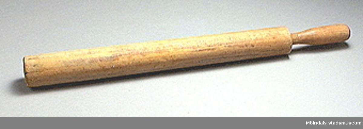 Brödkavel  av trä. Troligen från runt år 1900.Kavel svarvad i ett stycke, endast ett handtag.