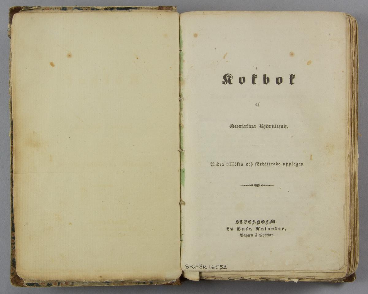 """Bok, kokbok, halvfranskt band: """"Kokbok. Andra tillökta och förbättrade upplagan"""" skriven av Gustafva Björklund och utgiven hos Östlund & Berling i Norrköping och Hörbergska boktryckeriet i Stockholöm 1849.  Äldre band med blindpressad och guldornerad rygg med röd titeletikett """"Sommell /.../ Lärobok"""". Pärmen klädd i marmorerat papper."""