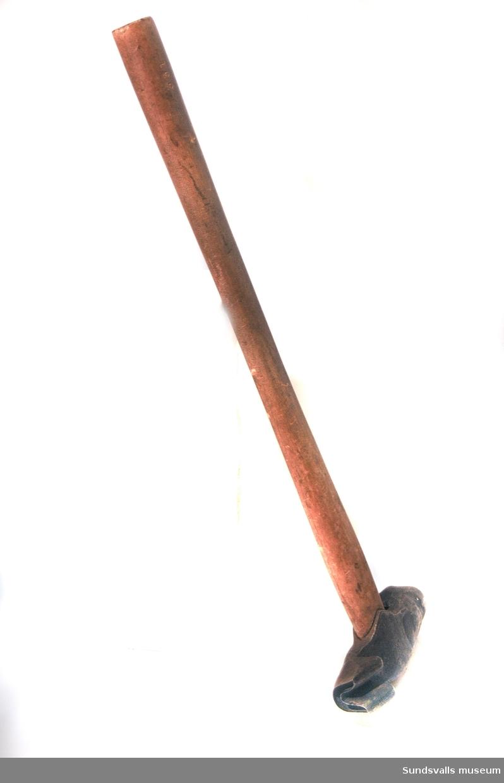 Märkyxa med träskaft. Huvudet mäter 17 cm och har huggmärken som, enligt en förteckning över timmermärken i Indals älvs och Ljunga älvs allmänna flottleder, ska stå för rötskadat sågtimmer tillhörande Ankarsviks Aktiebolag.
