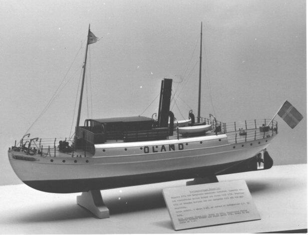 Modell av postångfartyget Öland (I). Fartyget som var enpropellerångare, byggd i järn med en maskin om 220 senare 350 ind.hästkrafter, uppehöll trafik mellan Öland och Kalmar 1884 - 1931.Fartyget överlämnades till flottan för att användas som mål vidskjutövningar 1932. Sänktes vid mitten av 1930-talet i Dalarödjupet.Modellen utförd i skala 1:50.