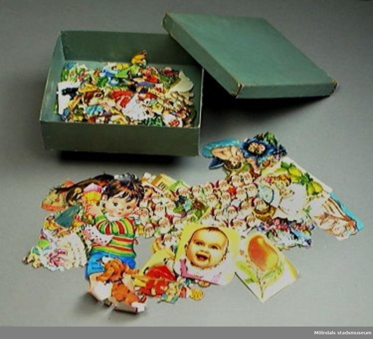 Lådan är i ljusblå kartong och innehåller ca 100 bokmärken med olika motiv och storlekar.Lådan är sliten.