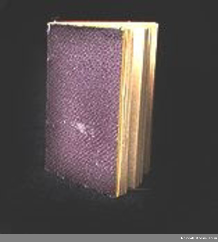 """Miniatyrbok """"Daggdroppar"""" kalender med bibelord för varje datum. Hård pärm av papp.Utgiven av C.A.V. Lundholms förlag i Stockholm.Inuti boken finns två små pressade blommor.Ägarinnan Alma Ringqvist var bosatt i Vadstena, född 12/6 1862, död 28/6 1954. Hennes far var den förste chefen för Vadstena Sparbank.Alma själv gick postexpeditörskurs i Stockholm 1886-87. Hon tjänstgjorde i Arboga fram till sin pensionering 1922. Hon var även verksam vid museet i Vadstena och donator."""