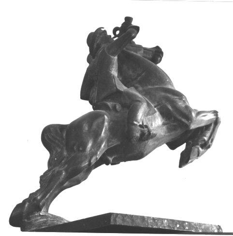 Skulptur av en postryttare på en stegrande häst blåsande i ett posthorn.