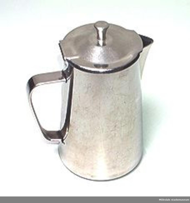 Kanna med gångjärnsförsett lock. Smal, hög och försedd med en markerad pip.Avsedd för en portion kaffe eller te. 0,5 liter.Stämpelmärkt i botten med: STAINLESS AMSTA SWEDEN 0,5.