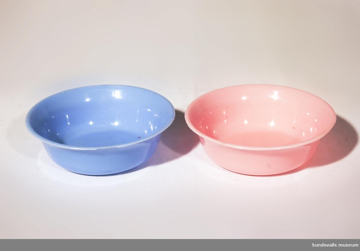 SuM 5228:1-9, ett antal med skönhetsvårdsartiklar. Leksaker. SuM 5228:1 hårborste i ljusgrön plast. Längd 14,8 cm. SuM 5228:2-3 tvålask i ljusblå, respektive rosa plast. Längd 5,3 cm, bredd 4 cm. Räfflad botten. SuM 5228:4-5 tvättfat i ljusblå, respektive rosa plast. Diam. 7,6 cm. SuM 5228:6-8 parfymflaskor i ljusgul och grön plast. SuM 5228:8 med sprayfunktion och gummiblåsa. Höjd 5,6-6,6 cm. SuM 5228:9 fem hårspännen i grön och blå plast. Längd 4 cm.