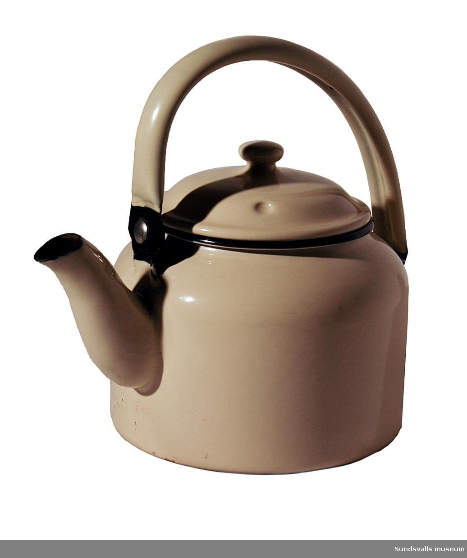 Kaffepanna med lock i naturvit emaljerad metall. Rymmer 1,75 liter.