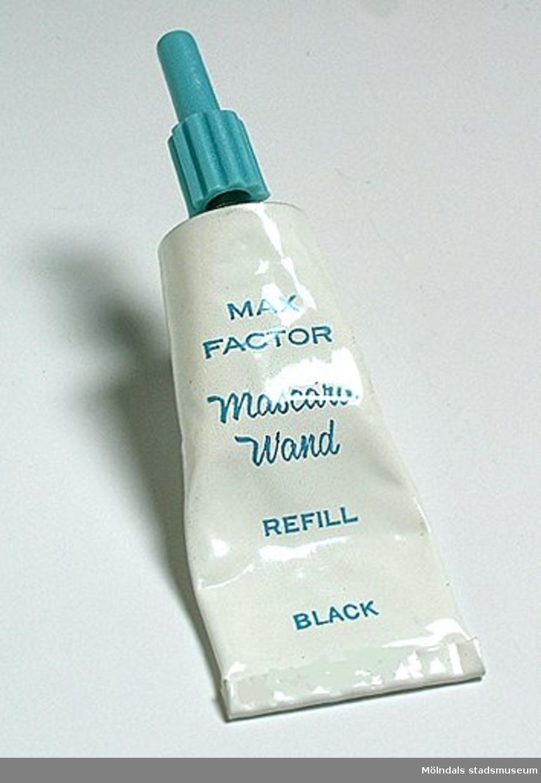 Mascaracreme, refil, i vit metalltub med turkosfärgad skruvhatt av plast. Bruksanvisning på baksidan av tuben.Detta är mascara för påfyllning av mascarabehållare med borsten fästad i skruvlocket ( sk roll-on mascara)