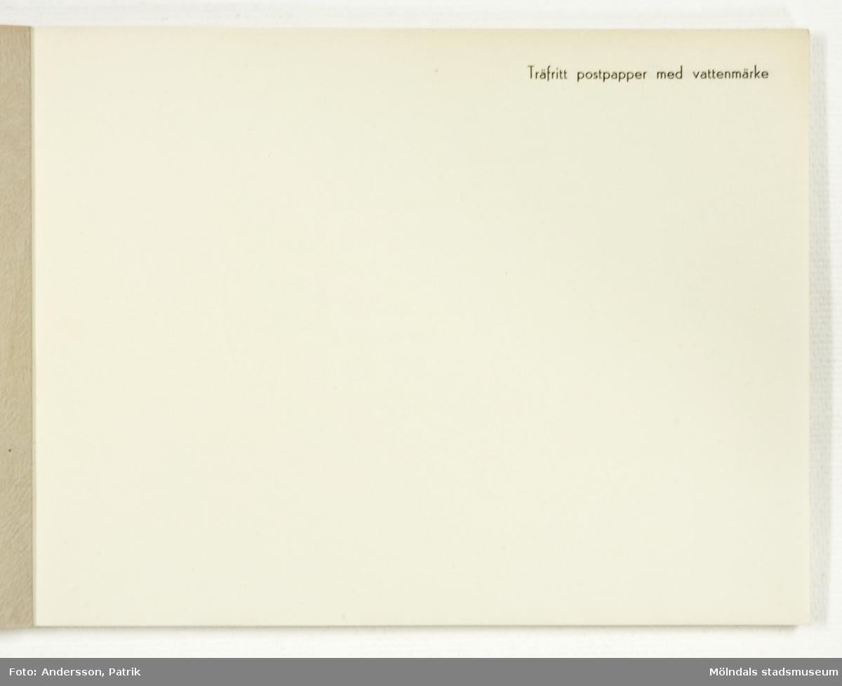 Häfte med prover på papper och kartong. Pärm av mönsterpressat grovt papper med blått tryck och Papyruslogotyp. Tillverkades för Papyrus pressvisning den 29 augusti 1955.