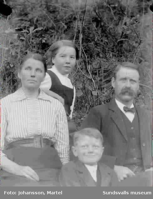 Porträtt av familjen Lundholm Sörfors, 1912.