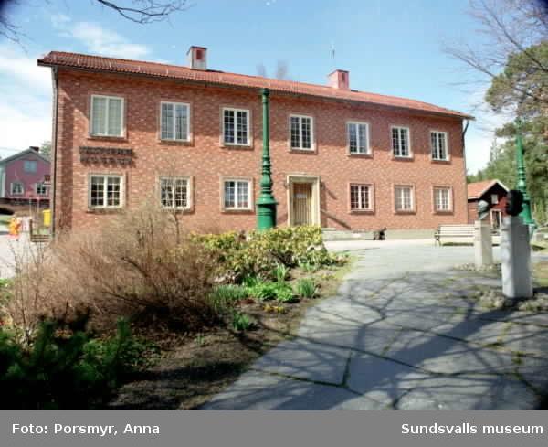 Fotografering av byggnader som fornminnesföreningen överlåtit till Sundsvalls kommun. Daniel Roos, fotopraktikant assisterade.