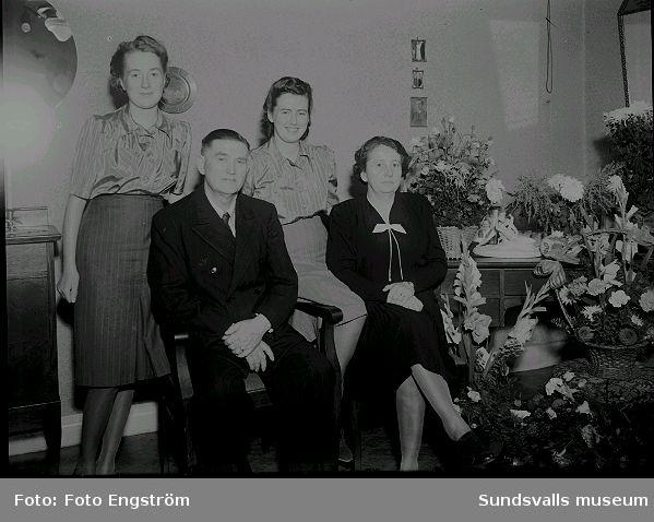 Porträtt, Familjen Berglund i rumsmiljö. Bemärkelsedag.