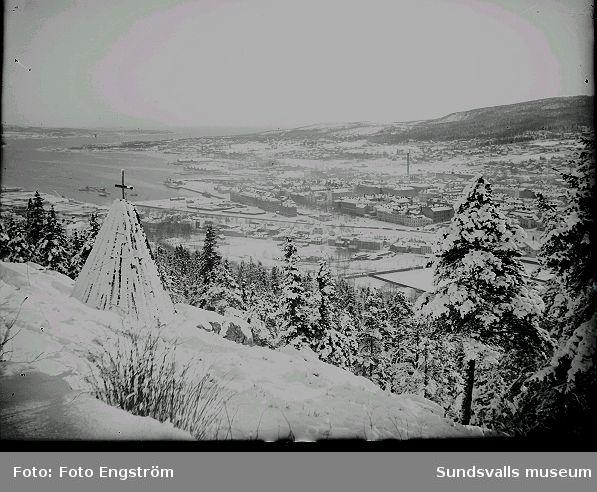 Vy över Sundsvall från Norra stadsberget. Lappkapellet i förgrunden. Vintertid.