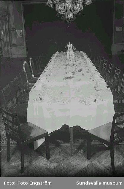 Bröllopsmiddag, dukat bord.
