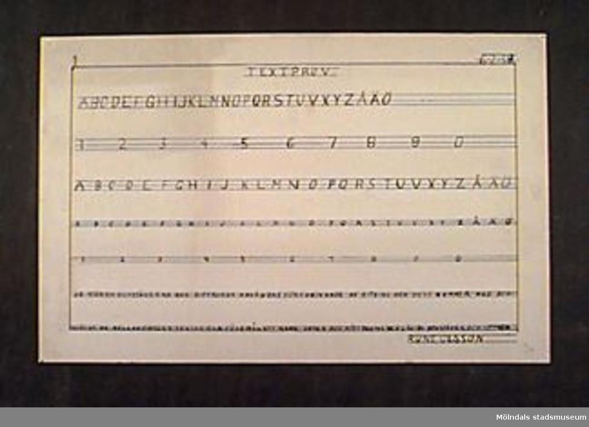 """Prov på textning med tusch, alfabetet med versaler samt siffror. Längst upp till höger står: """"6-2-39"""". Text längst ner: """"DE STÖRSTA BOKSTÄVERNA OCH SIFFRORNA ANVÄNDAS FÖR ANGIVANDE AV RITNING OCH DESS NUMMER. MED BOKSTÄVER AV MELLANSTORLEK TEXTAR MAN FÖREMÅLETS NAMN. SKALA OCH MÅTT TEXTAS MED LÄGSTA BOKSTÄVER OCH SIFFROR."""" Betygssatt: """"Ba"""" med blyerts längst ner till höger. I nedre höger hörn också """"RUNE OLSSON"""" med tusch.Givaren gick hela sin skoltid i Toltorpsskolan."""
