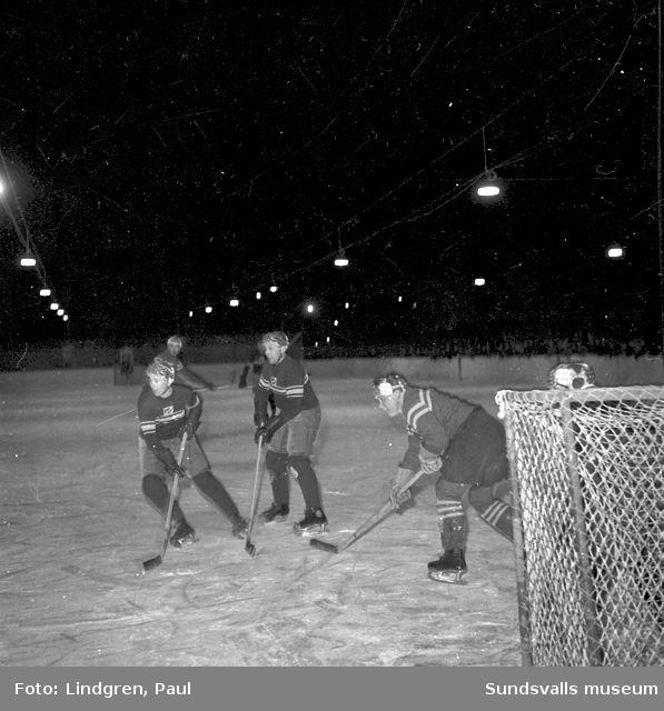 Ishockeymatch på stenkrossplanen.