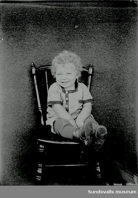 Porträtt. Barn på en stol.