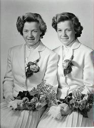 Porträtt. Konfirmation, tvillingar. Olika varianter på samma