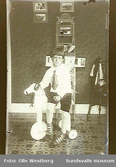 Pojke på en leksakshäst på hjul, i familjen Westbergs bostad i LO-villan, Gustavsberg.