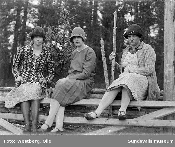 Systrarna Linnea Westberg t v och Gunda Larsson t h tillsammans med okänd kvinna på gärdesgård. Linnea och Gunda var döttrar till Anna och Lars Nordgren.