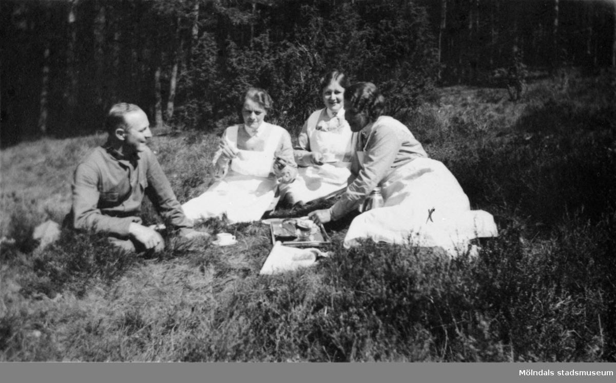 Sjögren, Amia, föreståndaren Anna Lindström och Alice Karlsson som arbetade i Arbetshemmet på Stretereds skolhem, 1936.