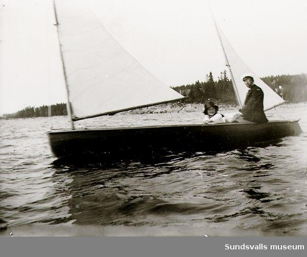 Man och kvinna i segelbåt.