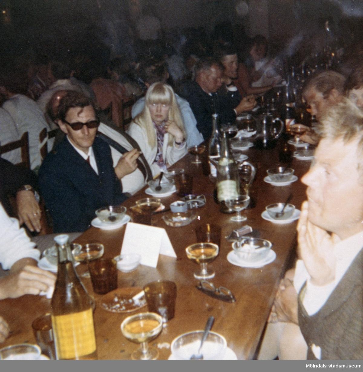 Restaurangbesök med elever, från Skolhemmet Stretered, som är på semester. 1970-tal.
