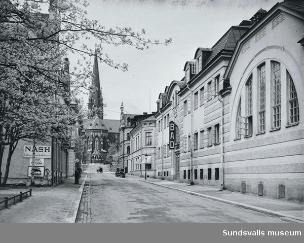 Kyrkogatan med varmbadhuset till höger.