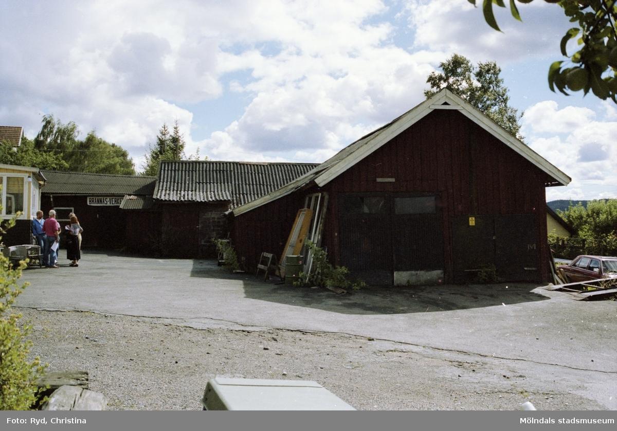 """Forsåker Storegården """"Olle Bernhards"""" år 1990. I uthuset låg """"Brännåsverken"""", en metallverkstad."""
