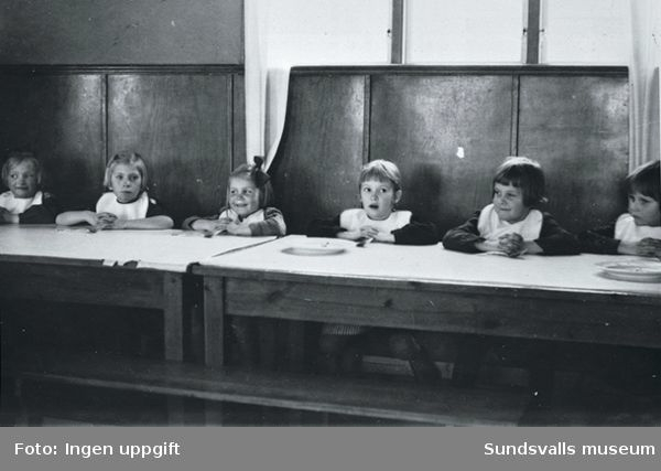 Sommargårdens barnkoloni i Stavreviken. Bordsbön innan maten?