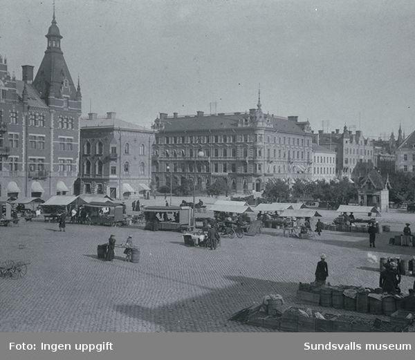 Torghandel på Stora torget.Utmed Storgatan syns bland annat det Granska huset ,det Rahmska huset och det Kihlmanska huset.