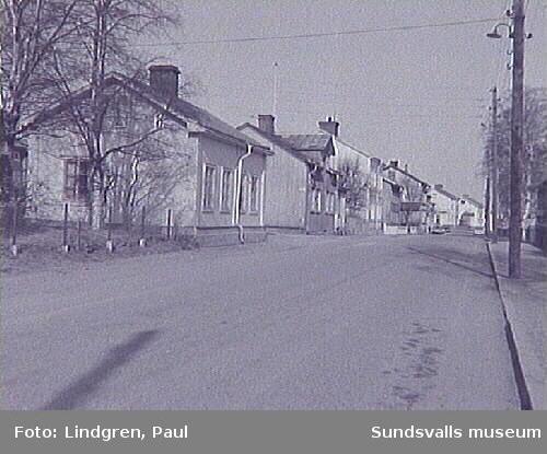 Vy över Nygatan med bl a kv. Linden och Almen.