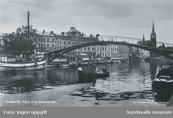"""Båttrafiken på Selångersån på 1930-talet. Puckelbron, byggd 1927. Anteckning på baksidan av vykortet: """"Midnattsskutan förde sillkonserver från Västkusten"""""""