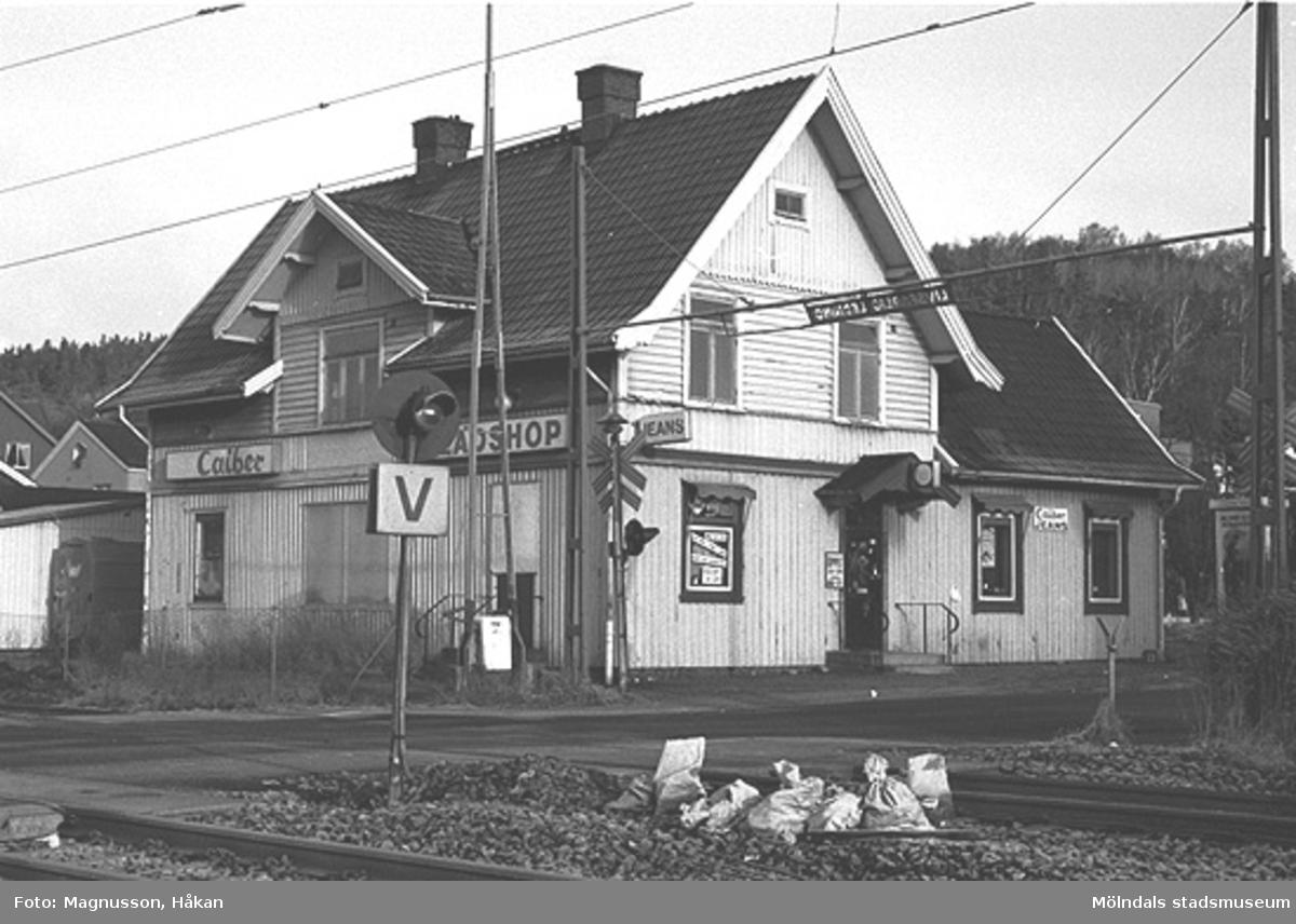 Byggnadsdokumentation inför rivning. Utsikt mot Kållereds stations köksfönster på Våmmedal 3:135 i Kållereds centrum, februari 1991.