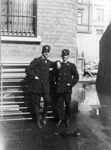 Postvaktmästarna J.F. Bäckman t.v. och A.J.M. Östgren, båda vid postkontoret Stockholm 1.