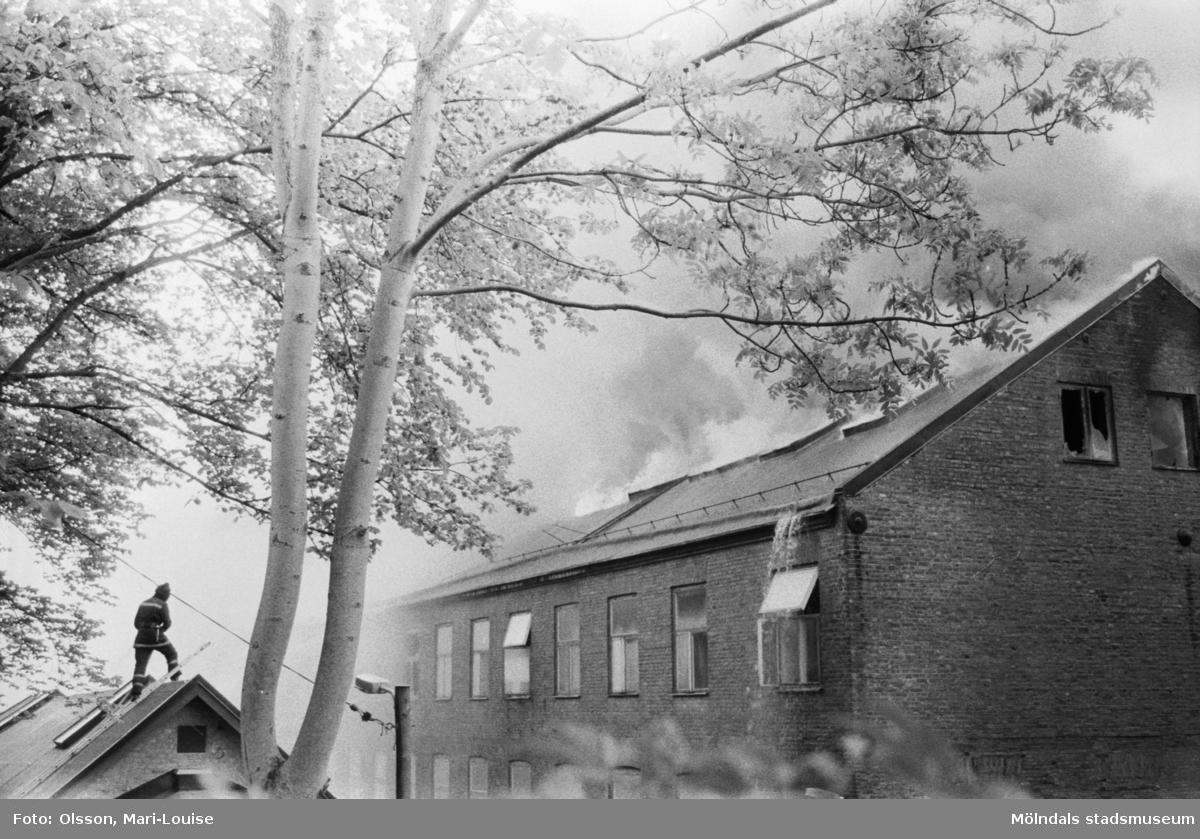 Soab-branden i Stora Götafors den 4 juni 1986. Branden bekämpas från huset mitt emot.