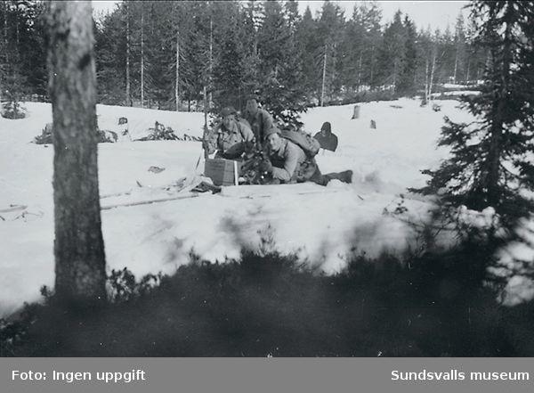 """""""Baggböle skyttefelt om vintern 1945. Troppens bombekaster i virksomhet."""" (Bildtext i fotoalbum. Ägare Emil Tessem, Steinkjer.)"""
