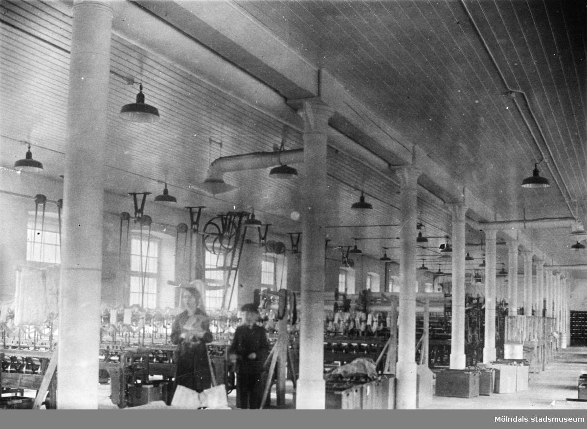 Fabriksinteriör från spinnerilokalerna i Stora Götafors. Sannolikt 1920-talet.