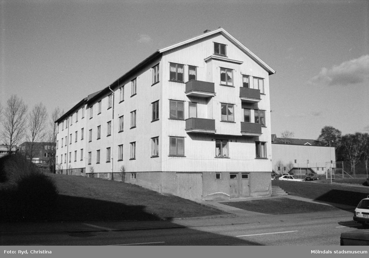 Vy från Krokslätts Parkgata, 1992. Kvarteret Illern; höger huskropp: Krokslätts Parkgata 44 A-C samt vänster huskropp: Bäckeforsgatan 25 A-C. Sörgårdsskolan skymtar i bakgrunden till vänster och idrottshallen ses till höger.