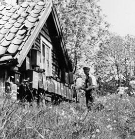 Brevlådsamling vid Östra Lagnö. Lantbrevbärare (cyklande) Sven Eriksson, Ljusterö, under brevbäringstur mellan Västra Lagnö till Lagnö Ö (c:a 7 km).