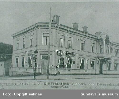 Vykort. Krutmeijers Speceri- och Diversehandel väst på stan. Huset låg ungefär mittemellan nuvarande husen vid Storgatan 54 och 56 (2019), där Åkersviksgatan tidigare fortsatte ner mot ån. Senare fanns Öhmans affär i samma lokaler.