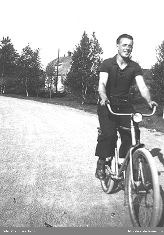 Helmer Garthman cyklar vid Fjärås Bräcka. 1940-tal.
