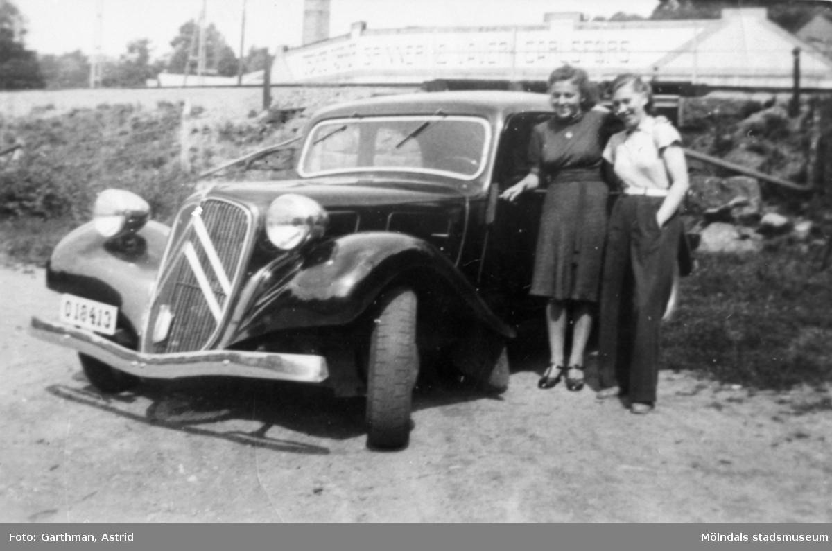 """""""Fotograf"""" Astrid Garthmans (född Karlsson) kompis och systern Margit står vid en Citroén B-11 med reg.nr: 018413. Kvarnfallet 31, 1940-tal."""
