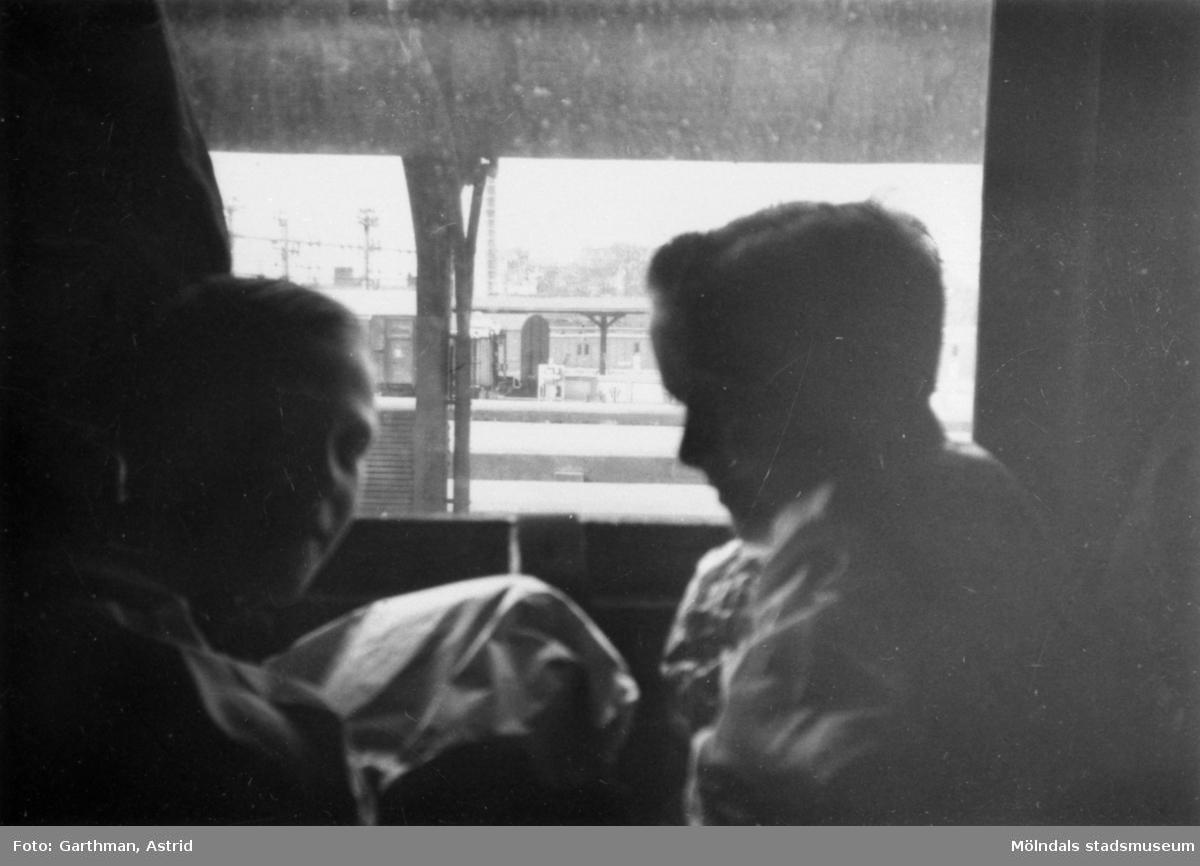 Kusinerna Per-Olof Larsson och Leif Garthman sitter i en järnvägsvagn på Göteborgs Centralstation. 1950-tal.