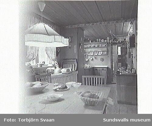 Interiör från konstnärinnan Maja Braathens hem, Ararat. Bild 4 öppenspisen är en norsk gjutjärnskamin med lejon från Hovid, Alnö. Bild 5 stol  från Hovid samt ett norskt väggskåp.
