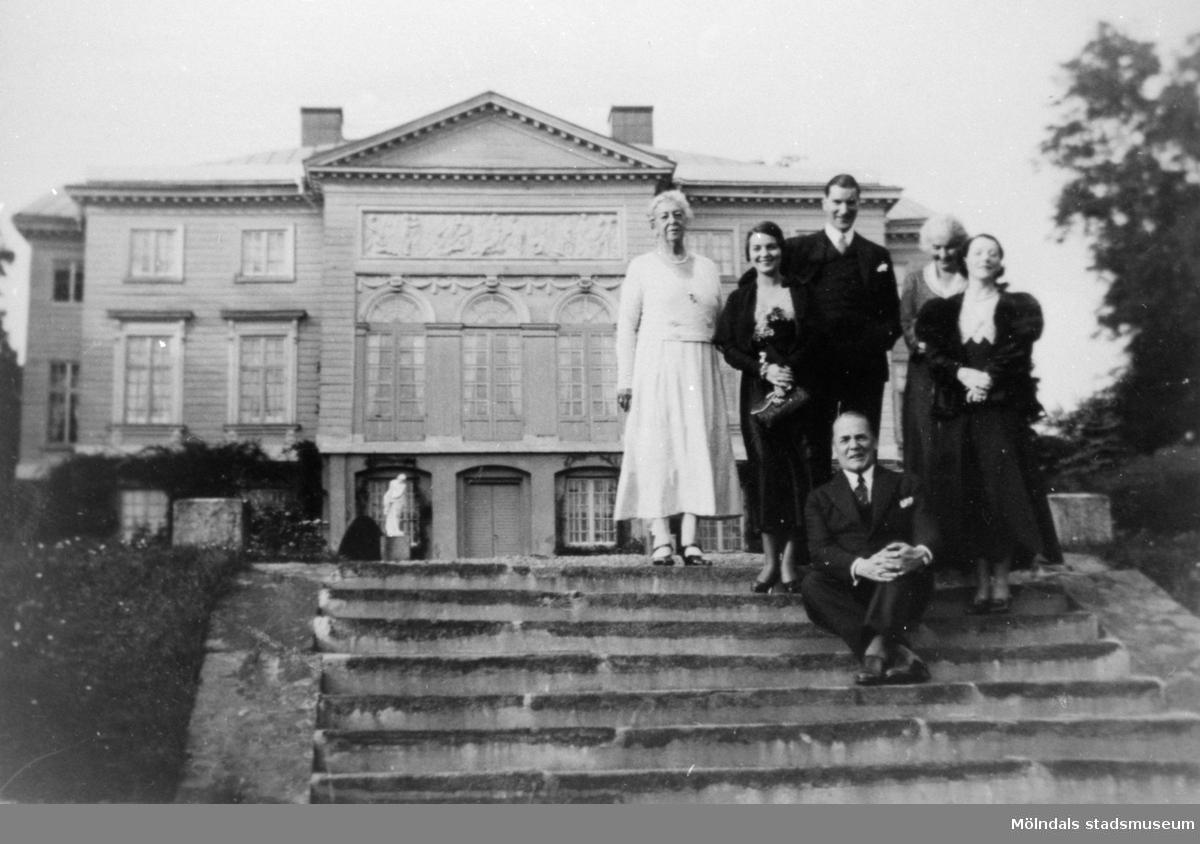 Lunchbesök på Gunnebo slott av skådespelarna Anders de Wahl och Sigge Fürst, 1932.Hilda Sparre står längst till vänster, Sigge Fürst står i mitten och Anders de Wahl sitter på trappan framför gruppen.