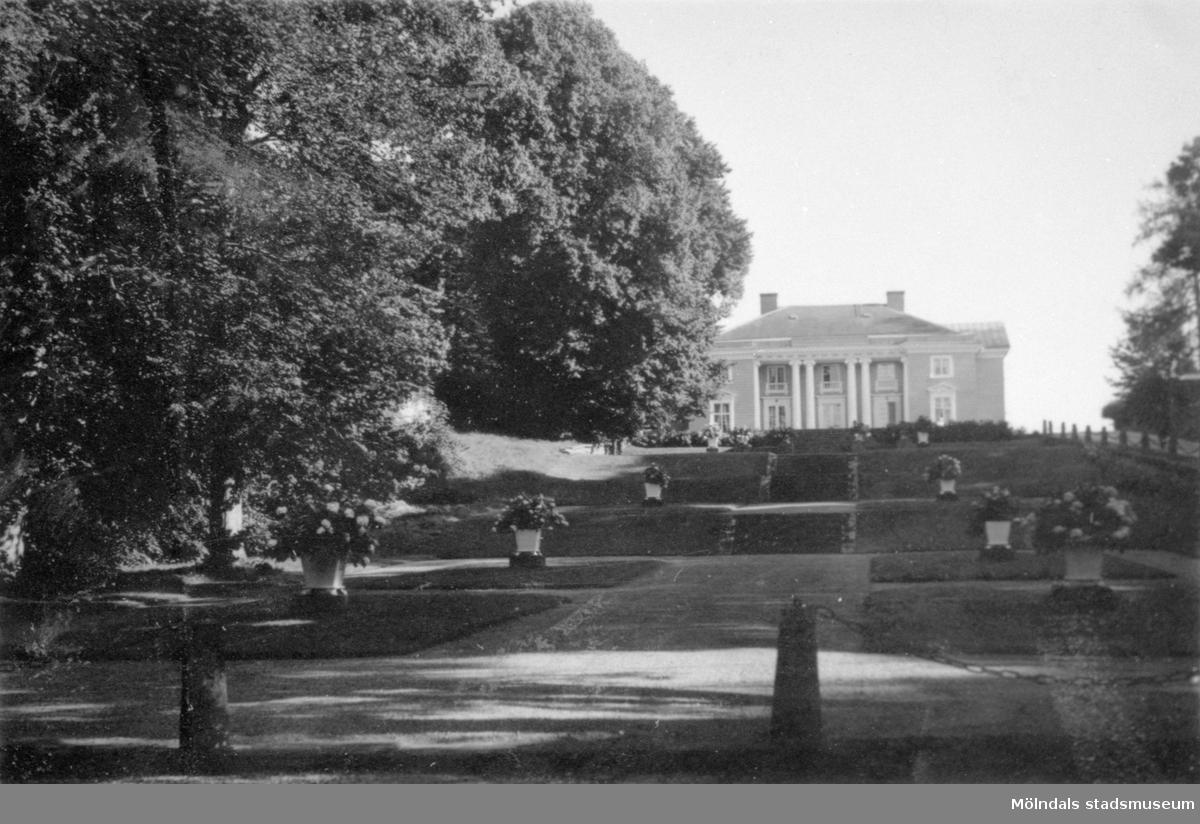 Gunnebo slotts framsida och park sett från norr, 1930-tal.