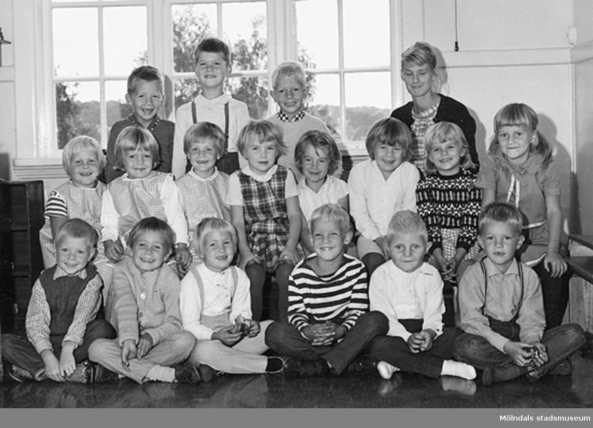 Ett grupporträtt av barn och deras lärarinna vid Holtermanska daghemmet 1953.