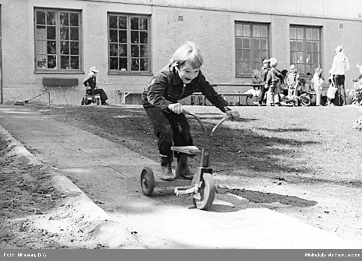 Barn leker utanför huset. Holtermanska daghemmet juni 1973.