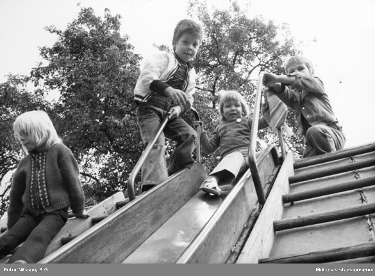 Barn som åker rutschbana. Holtermanska daghemmet juni 1974.