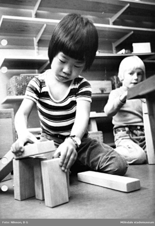 Två barn som leker med träklossar. Holtermanska daghemmet maj 1975.